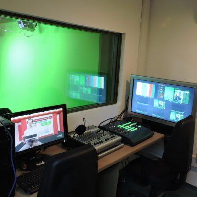 Foto do estúdio do Laboratório de Produção Multimídia mostra a sala de edição