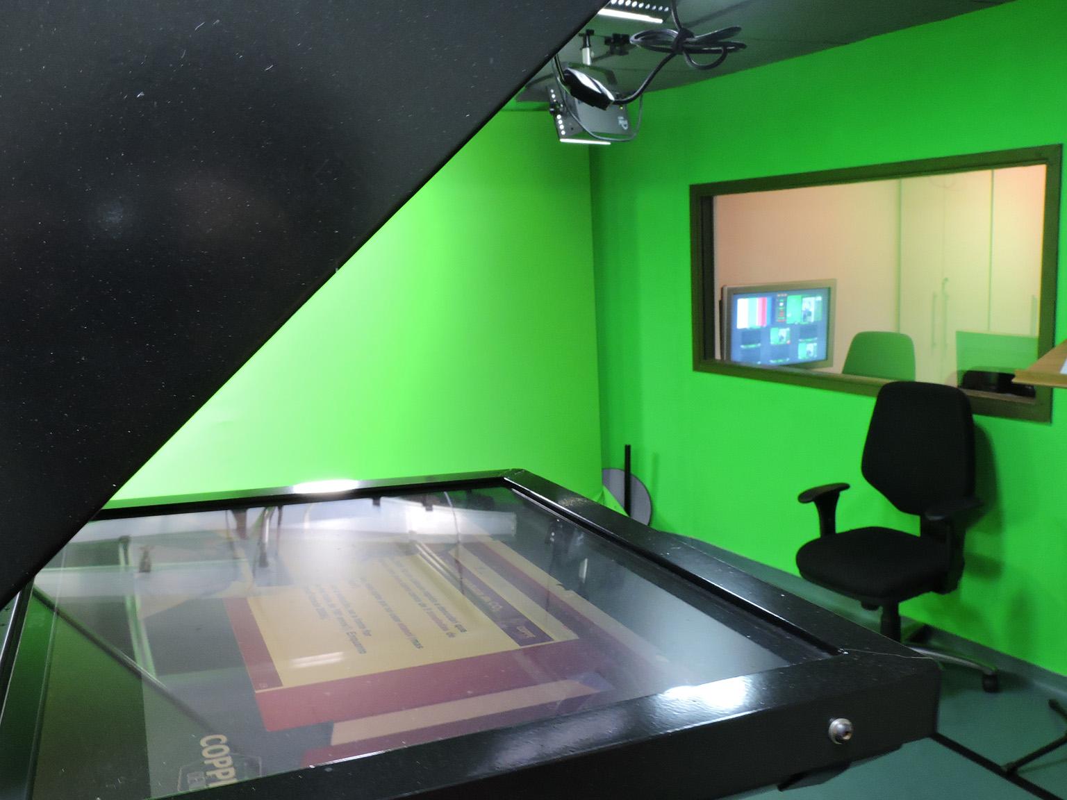 Foto do estúdio do Laboratório de Produção Multimídia mostra o aparelho teleprompter