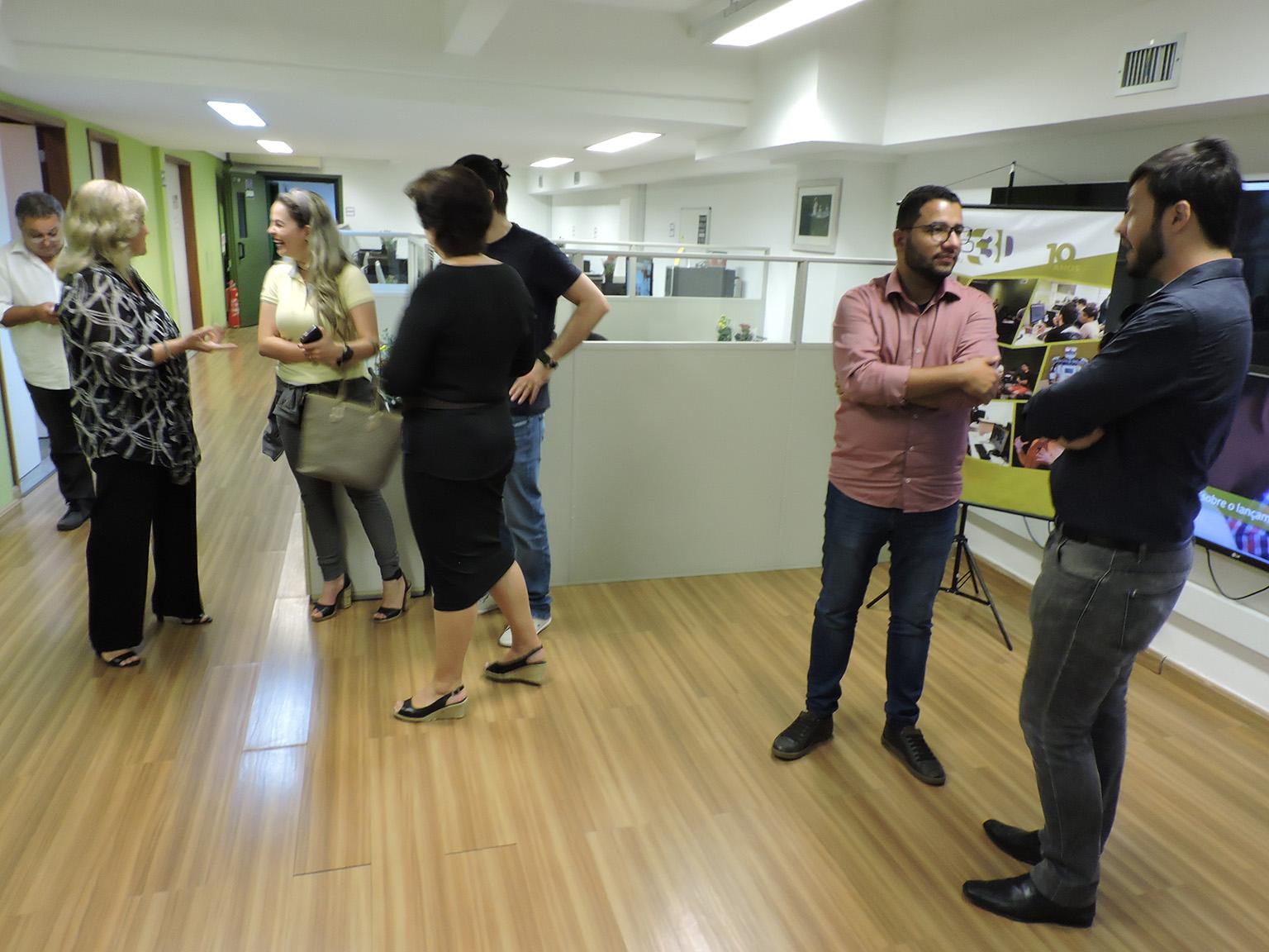 Convidados conversando e interagindo