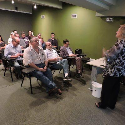 Foto da plateia que acompanhou a apresentação da professora Claudia Werner