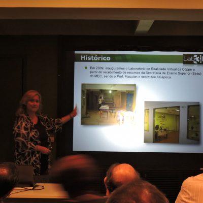 Professora Claudia Werner apresentando o laboratório através de slides