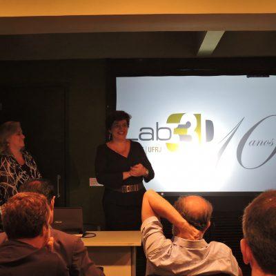 Prof. Claudia Susie apresentando o laboratório através de slides