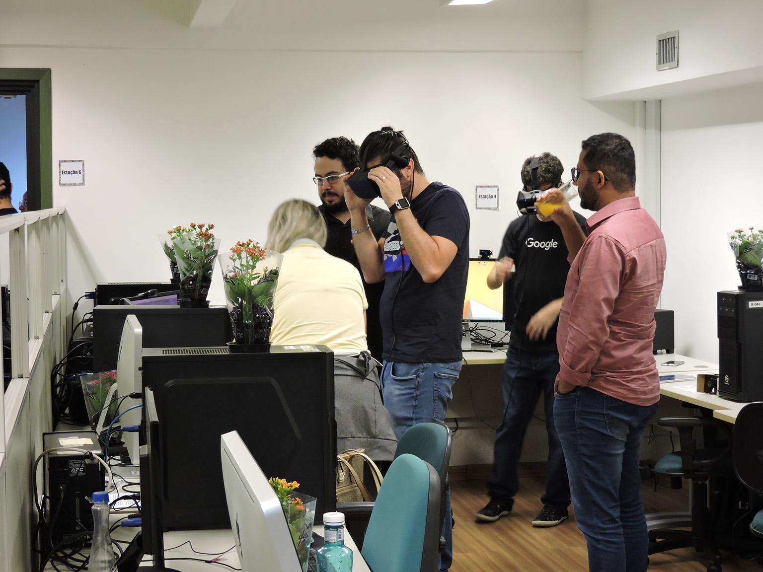 Convidados experimentando o oculos rift do laboratório