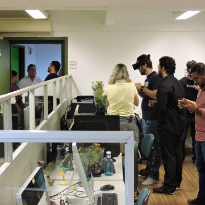 Convidados experimentando o equipamento do laboratório