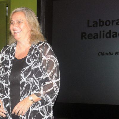 Professora Claudia Werner apresentando o laboratório