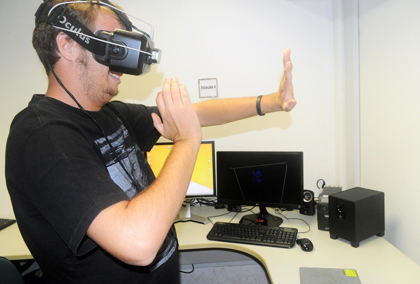 Convidado experimentando o oculos rift do laboratório