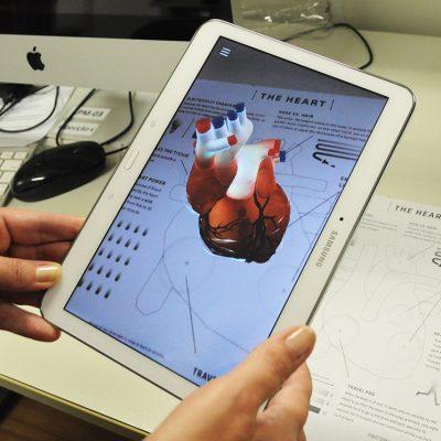 Foto de um tablet exibindo conteúdo de realidade aumentada